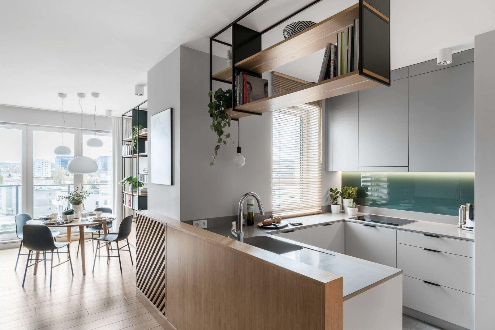 Кухня имеет форму буквы П, благодаря чему здесь нашлось место для всего необходимого оборудования, а также удалось разместить множество ниш для хранения.