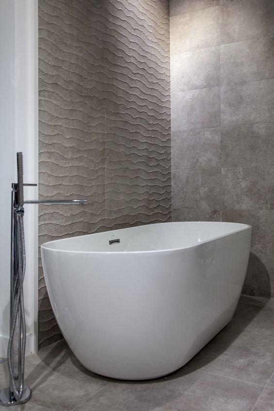 Сочетание спектра оттенков серого в плитке создает гармоничный ансамбль лаконичного и свободного пространства.