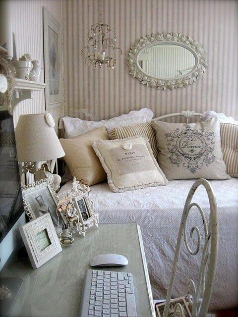 Стиль шебби шик предполагает обилие окрашенной мебели с использованием техники декупаж или эффектом «кракле».