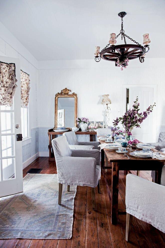 Чехлы — еще одна деталь, с успехом используемая для мебели в стиле шебби-шик, к тому же, очень практичная при ежедневной эксплуатации.