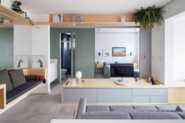 Гостиная и спальня отделены друг от друга с помощью легкой раздвижной конструкции