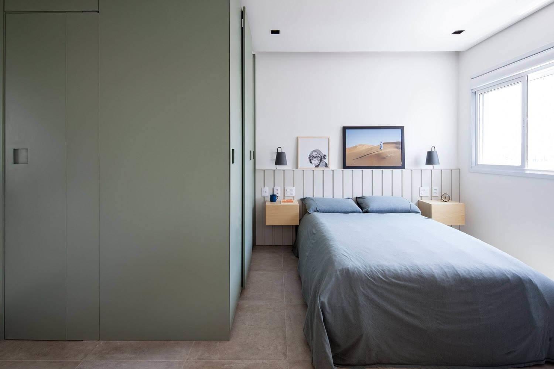 Лаконичный интерьер спальни включает все необходимое для комфортной жизни