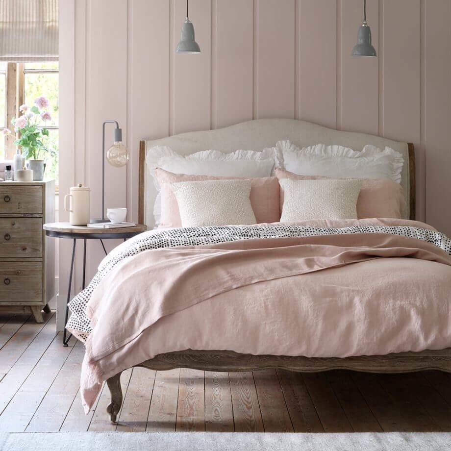 Розовый монохромный интерьер позволяет контрастным сочетаниям отобразить гармоничность и умиротворенность выбраного оттенка.