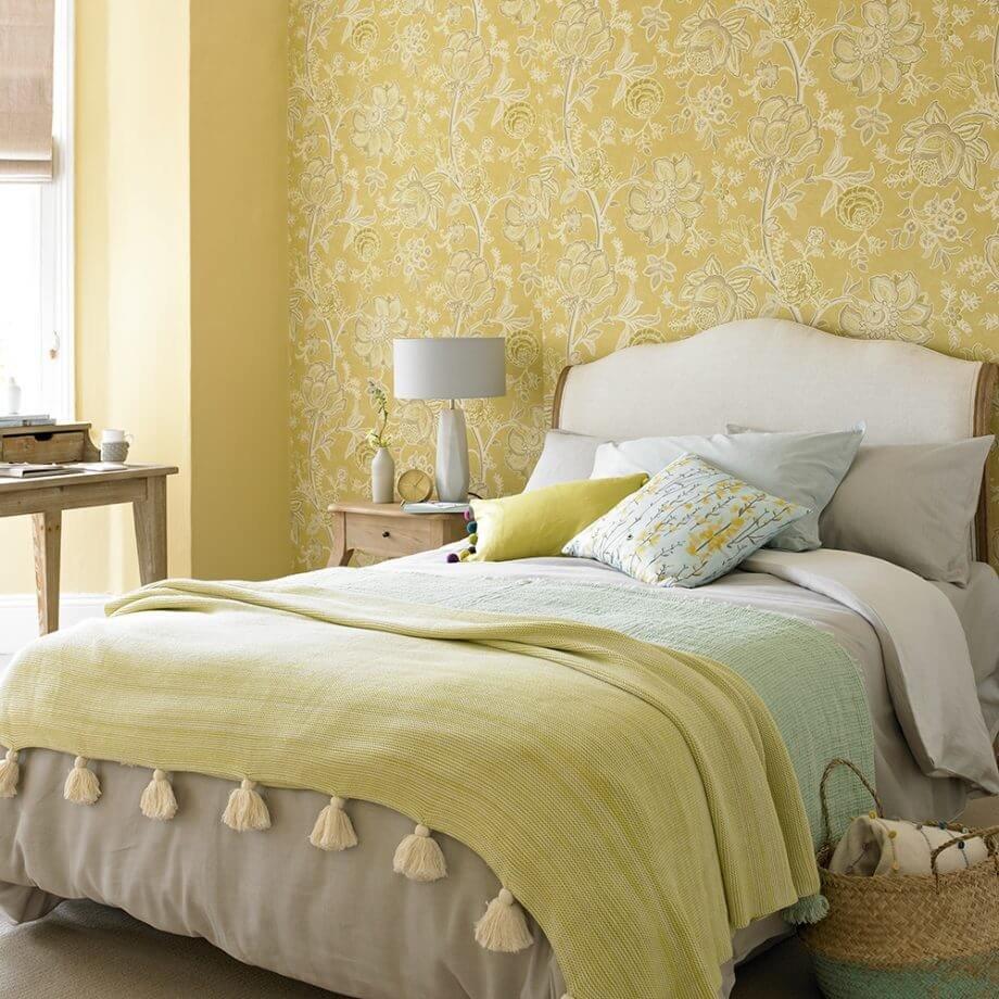 Сочетание золотого оттенка и бежевой основы создают классический облик спальной комнаты.