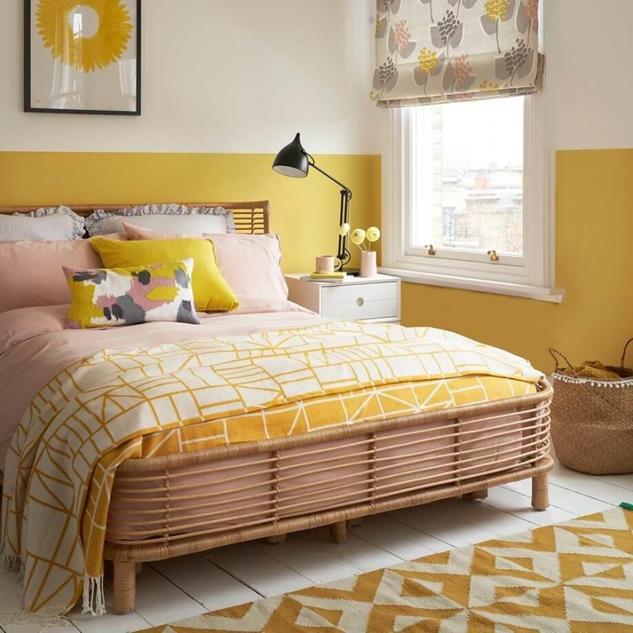 Используйте ярко-желтый оттенок для создания выразительной картины спальеого дизайна.