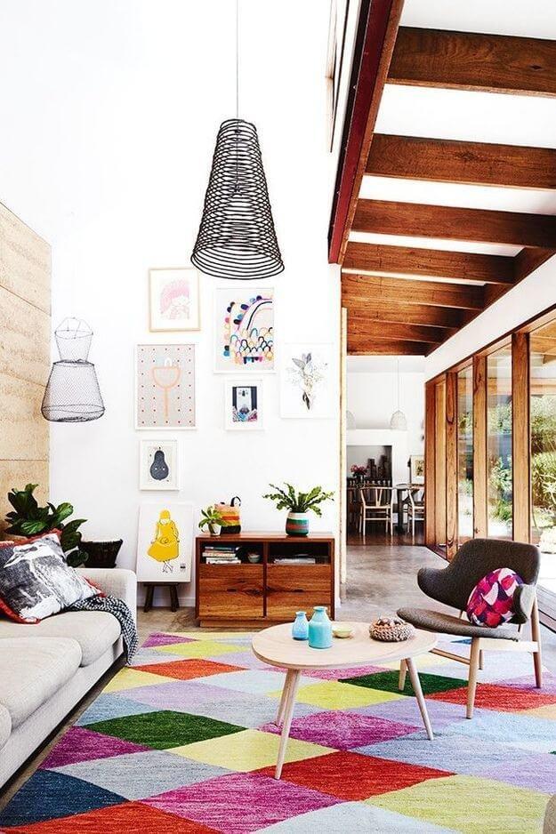 Супрематизм легко реализовать в деталях, будь то картина в соответствующем стиле, ковер или тканевая штора яркой расцветки.
