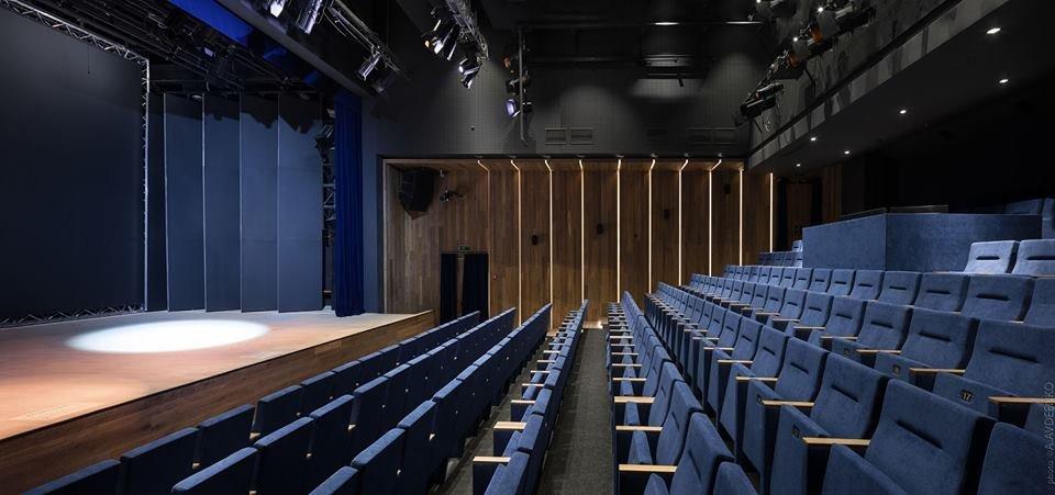 Фото сцены театра и зрительного зала