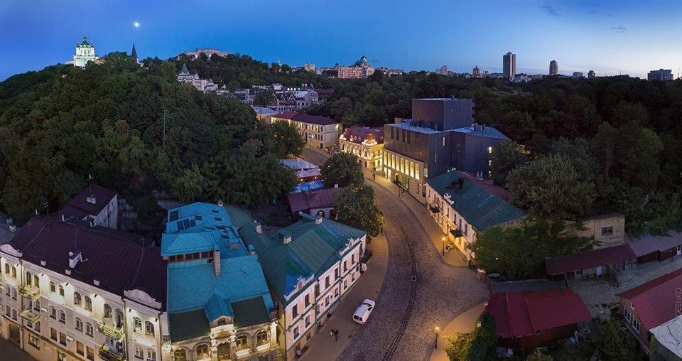 Фото Андреевского спуска в вечернем освещении