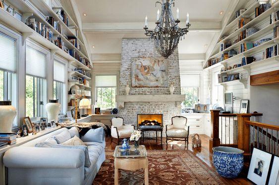 Массивный кирпичный камин в стилистике рустик подойдет для широких и открытых пространств.