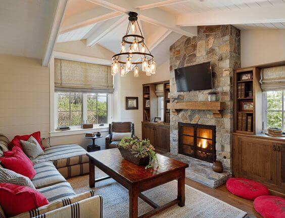 Каменный камин с деревянными акцентами создают дизайн в стилистике техасского ранчо.