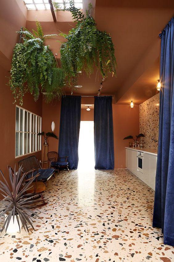 Терраццо - универсальное покрытие, которое можно удачно сочетать с другими предметами интерьера.