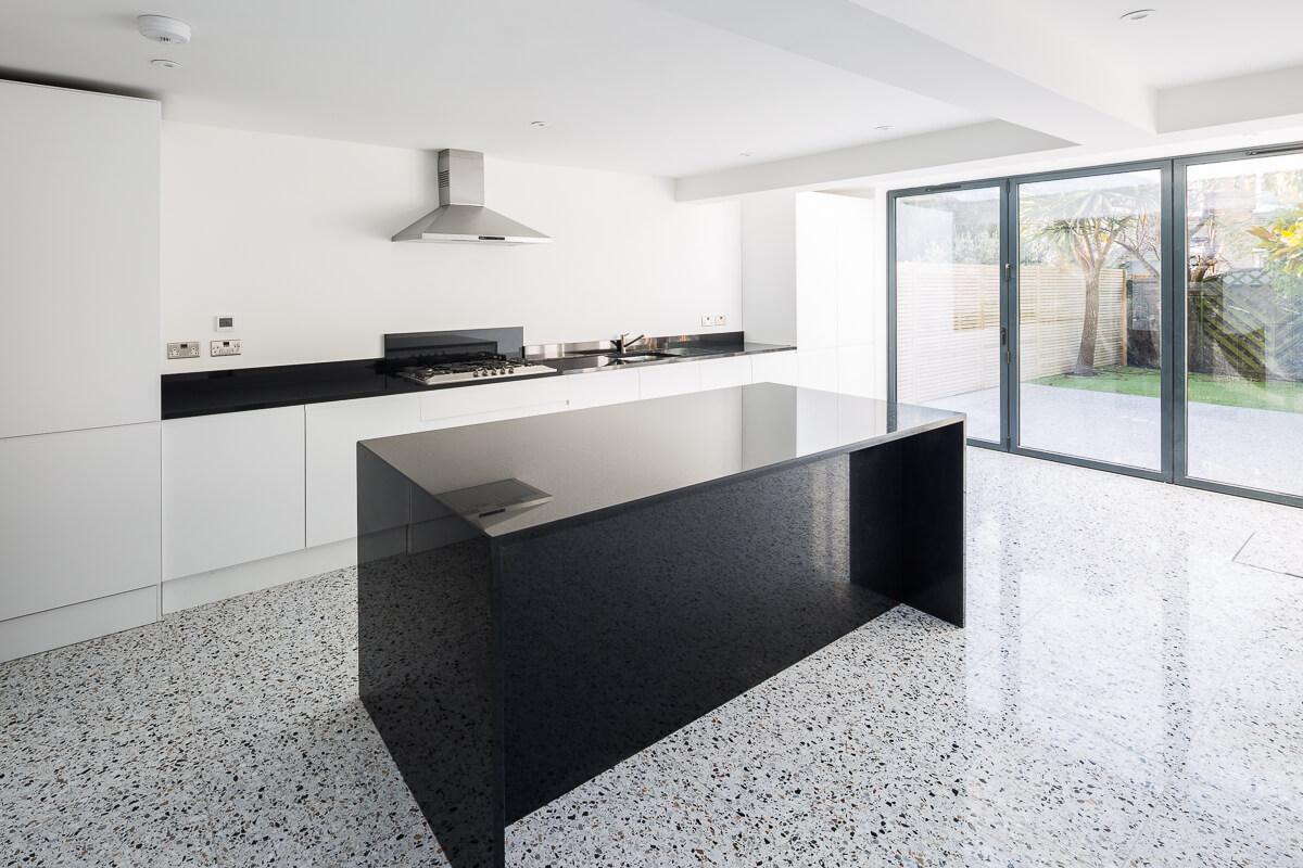 Терраццо - идеальное покрытие для кухни с точки зрения функциональности.