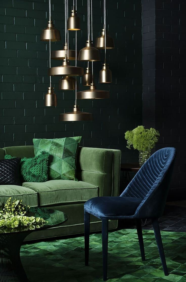 В сочетании со сдержанными оттенками коричневого, золотого и темно-синего или базовыми нейтральными оттенками - цвет Night Watch выглядит безупречно изысканно.