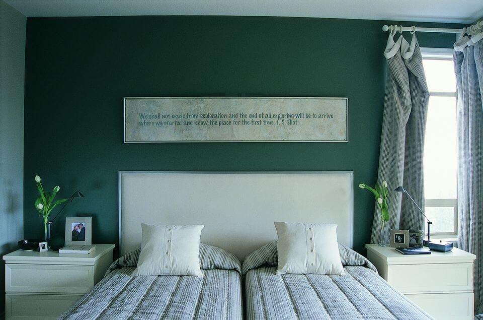 Для небольших жилых пространств используйте Night Watch в качестве цвета акцентуальной стены.