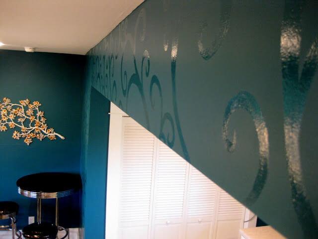 Для расширения небольших пространств используют глянцевый узор на матовых стенах в цвете Night Watch.