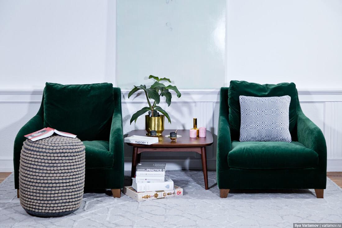 Бархатный диван в цвете Night Watch символизирует уют природной зелени.
