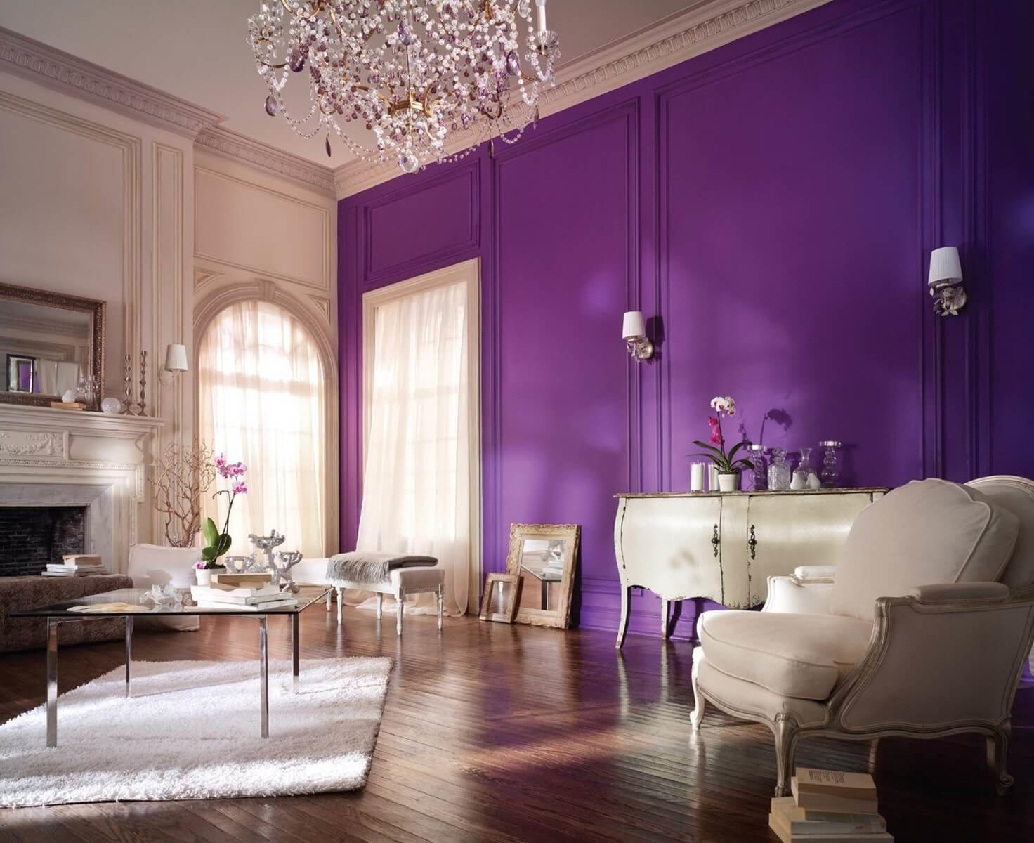 Древесина прекрасно оттеняет и смягчает дерзость Ultra Violet, создавая гармоничную экспрессию.