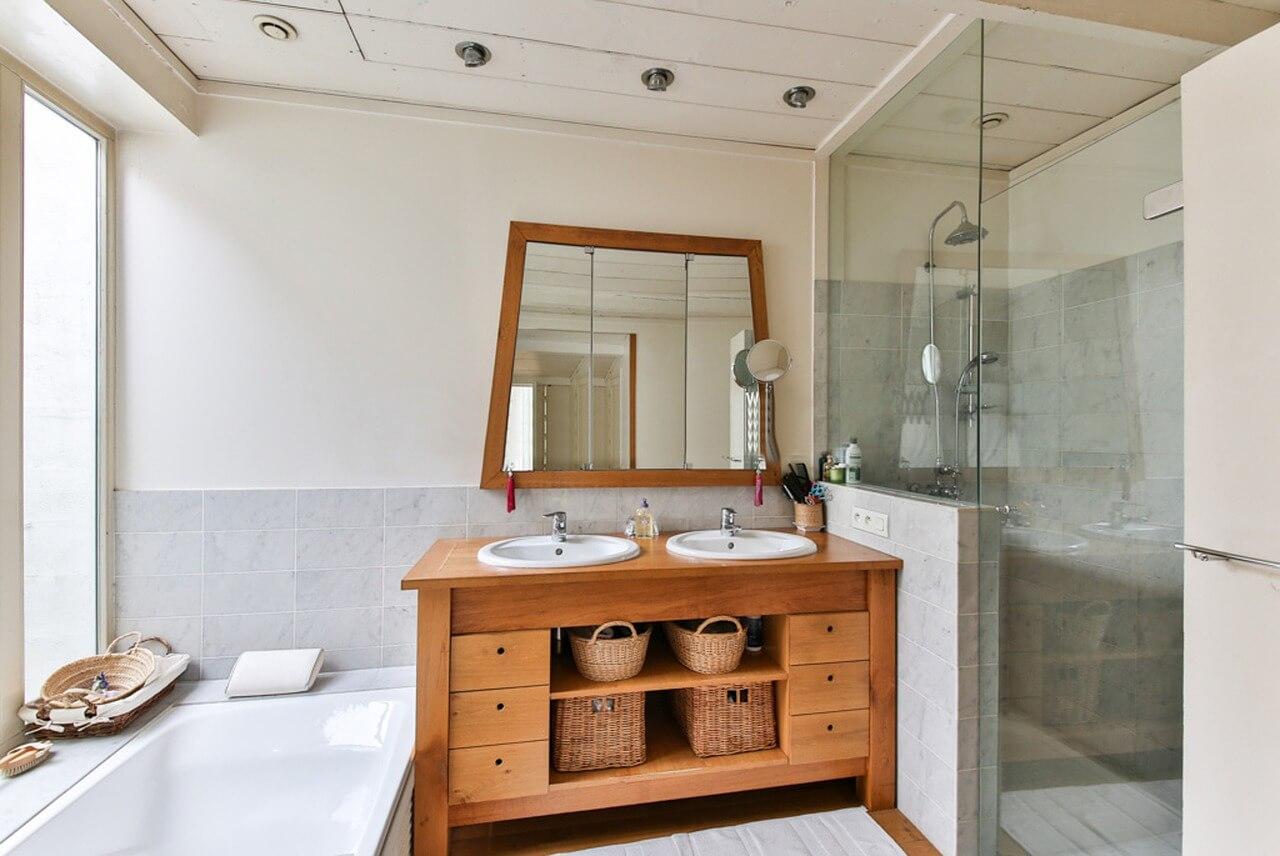 Совмещенные ванная и душевая кабина в одной компактной комнате.