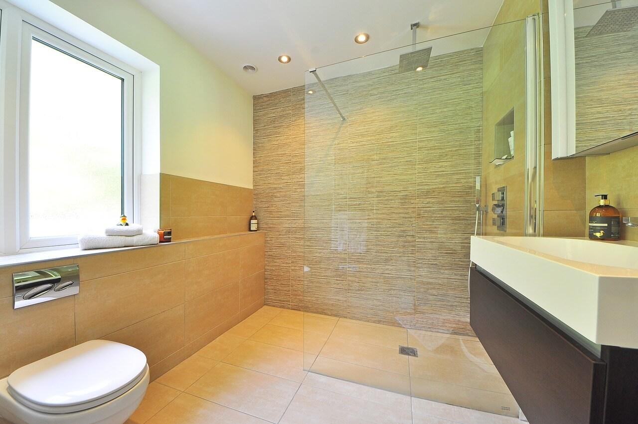 Душевая кабина из плитки идеально впишется в маленькую ванну