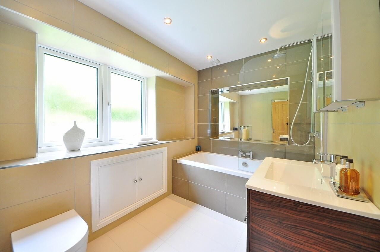Стеклянная перегородка даст Вам возможность принимать душ в ванной, не заливая при этом пол водой.