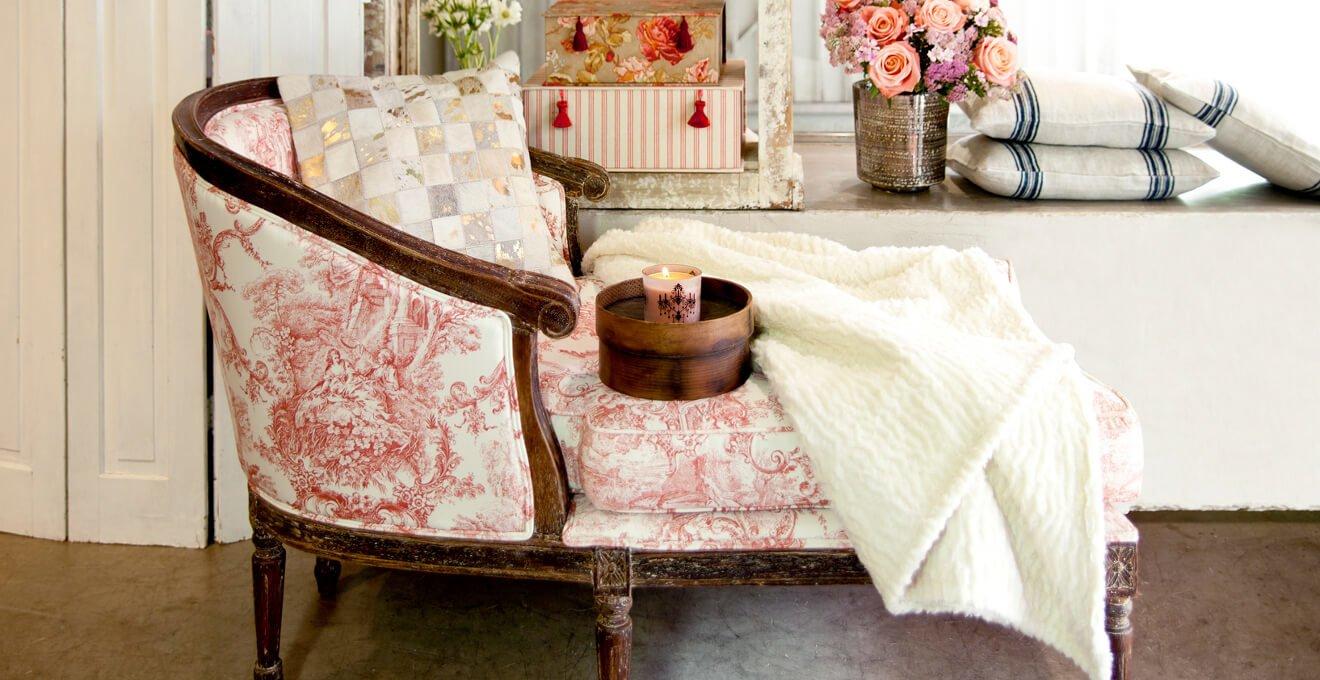 Уют, комфорт и гармония воплощаются в изобилии текстиля, украшенного классическими принтами, кружевом и именной вышивкой.
