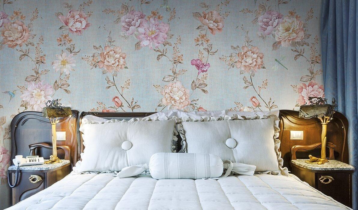 Таинство платяных шкафов, роскошь будуарных трюмо, изысканность кроватей с балдахином - это главные символы спальни в винтажном стиле.