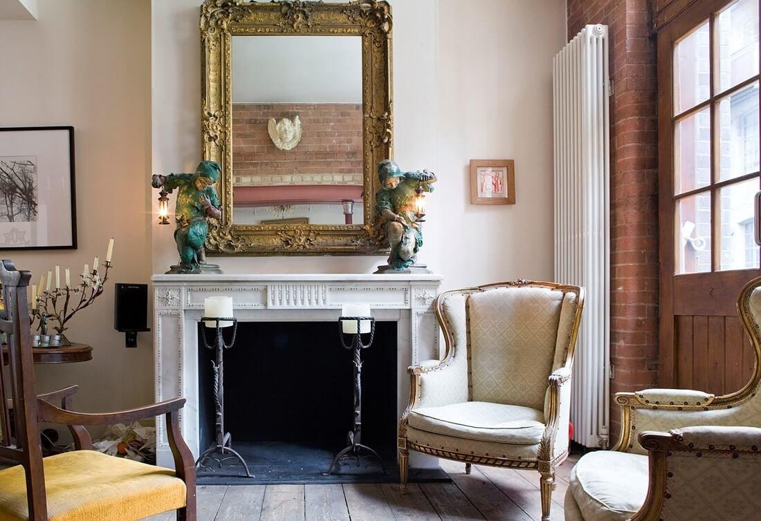 Добавить интересные акценты в дизайн поможет атмосферный камин или антикварный бархатный диван.