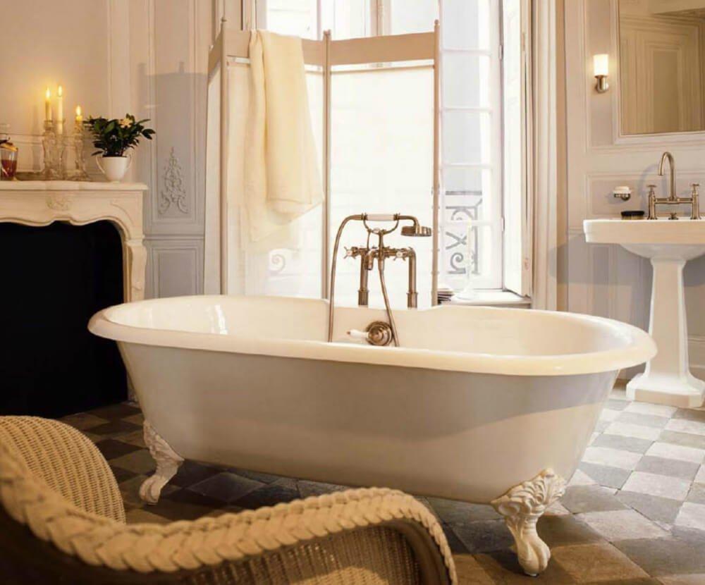 Главной героиней винтажного дизайна выступает роскошная ванна с позолотой и резными деталями.