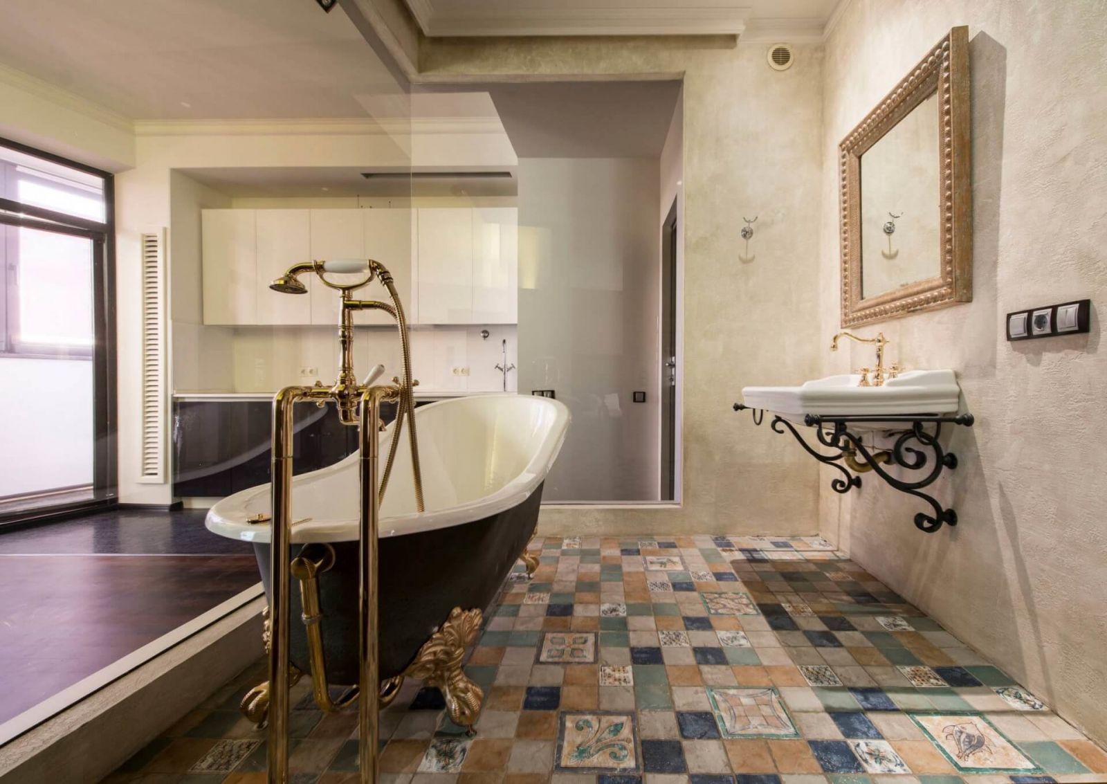 Винтажную ванную комнату невозможно вообразить без бронзовых деталей, лутанных крючков и изысканных зеркал.