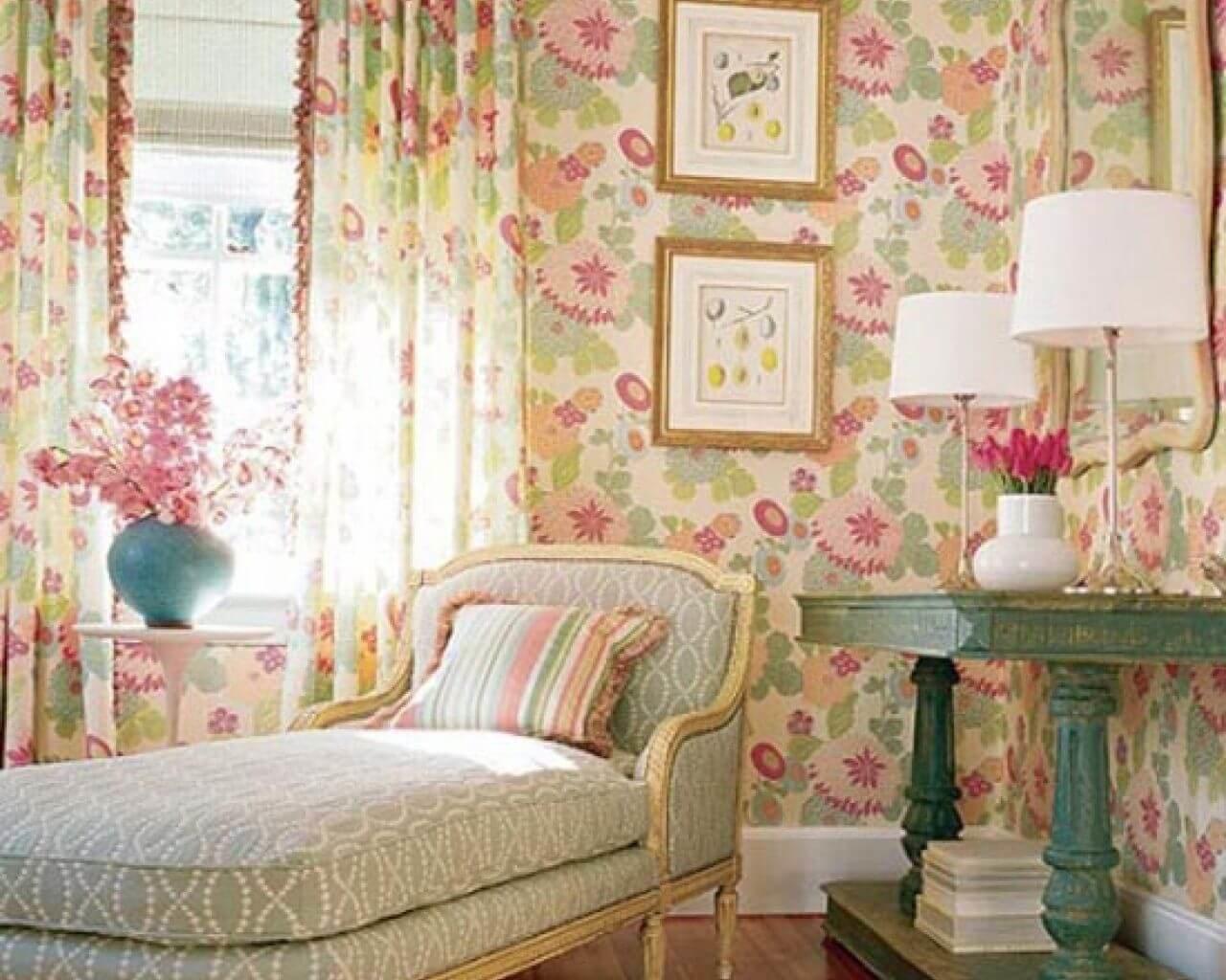 Для настенного покрытия в винтажной стилистике используют обои с цветочным принтом, нейтальную оттеночную гамму.