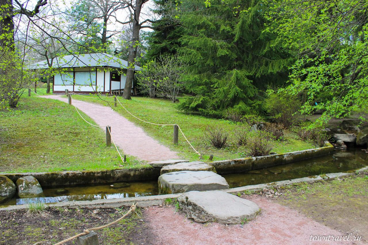 Каменный мостик при входе в японский сад