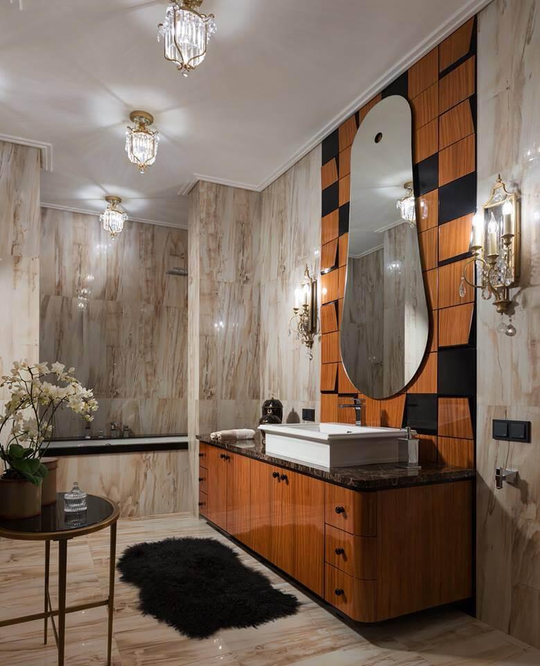 Оформление санузла напоминает скорее роскошный будуар, а благодаря грамотному сочетанию материалов, фактур и зеркальных поверхностей помещение визуально увеличивается в объемах