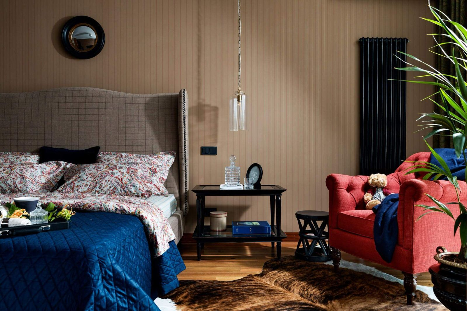 Цветовая палитра интерьера спальни глубокая и насыщенная, что добавляетощущения уюта