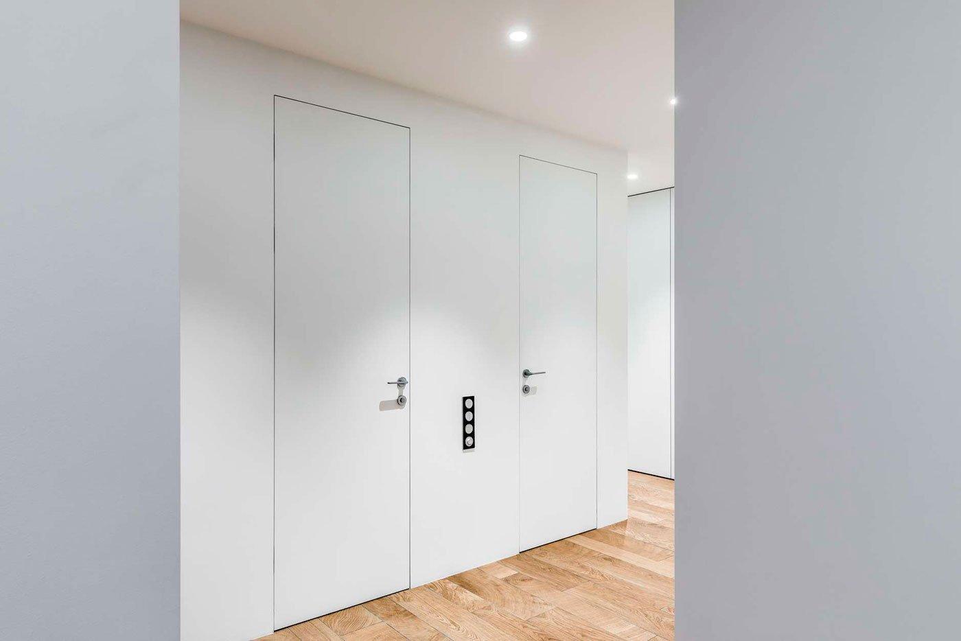 Невидимые двери покрашенные в цвет стены